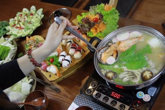 Lẩu của sushi KOI đậm đà, thơm ngon.