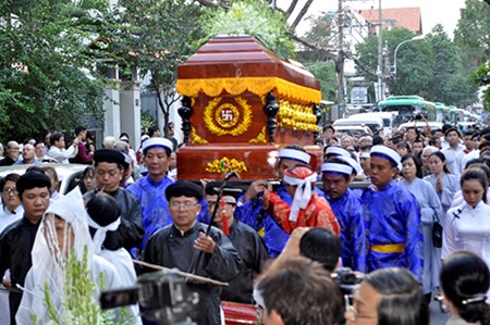 Dong nguoi tien dua linh cuu GS Tran Van Khe ve noi an nghi cuoi cung