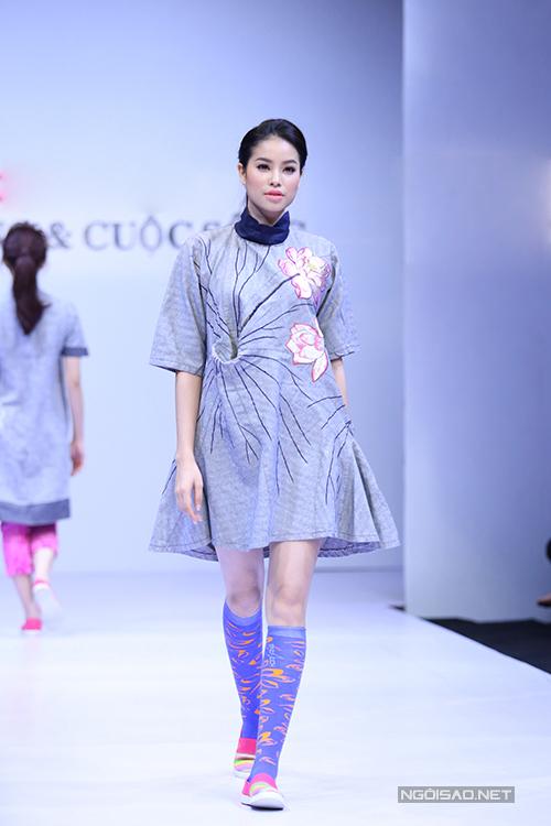 Cùng với nhữg dáng váy xoè, váy ôm khít eo quen thuộc, những mẫu váy suông với phom dáng rộng cũng được chú trọng.