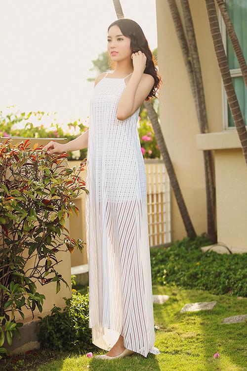 Hoa hậu Kỳ Duyên chọn váy hai dây trắng được cắt may trên chất liệu vải lưới, vải xuyên thấu để chưng diện khi có dịp công tác tại Sài Gòn trong những ngày nắng.
