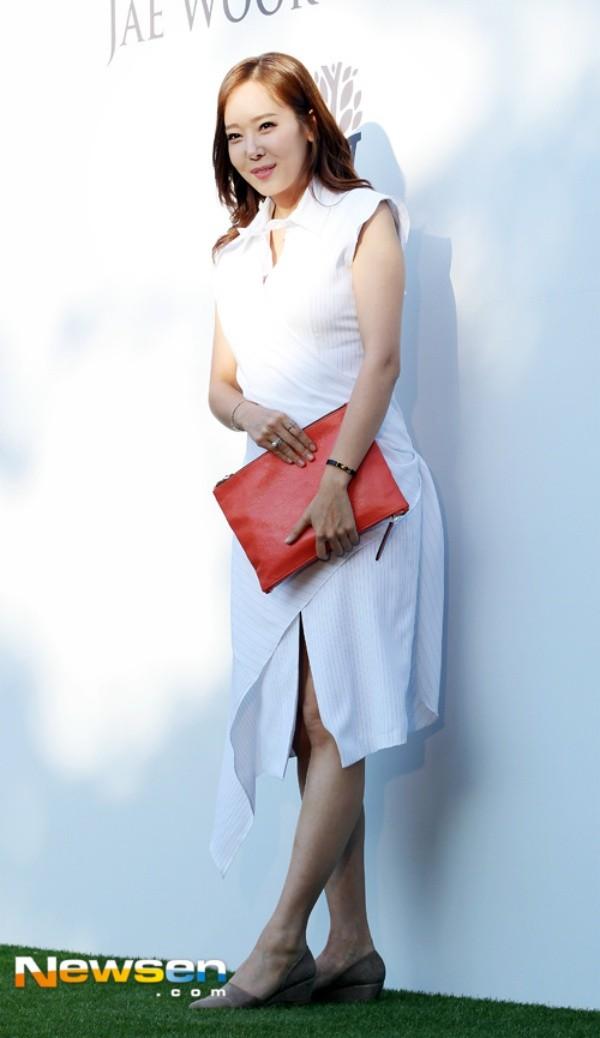 Nữ diễn viên So Yoo Jin cũng tham dự đám cưới chúc mừng đàn anh.