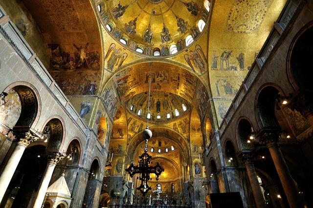 Vương cung thánh đường St. Mark, Venezia, Italy: Công trình tôn giáo tuyệt đẹp này nằm ở quảng trường San Marco, thành phố Venezia, Italy. Nhà thờ có hơn 500 cây cột bằng nhiều loại đá đắt giá như hoa cương, thạch cao tuyết hoa... được bố trí cả trong và ngoài nhà thờ.
