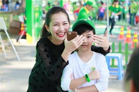 Kim Hiền hạnh phúc khoe bụng bầu 3 tháng bên chồng con - 3