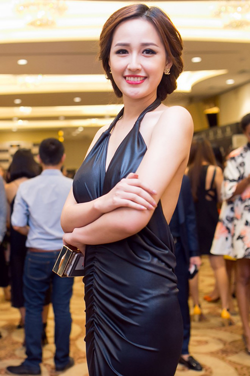 Hoa hậu Mai Phương Thuý sử dụng váy giả da với điểm nhấn ấn tượng ở khoảng hở khoe lưng trần quyến rũ.