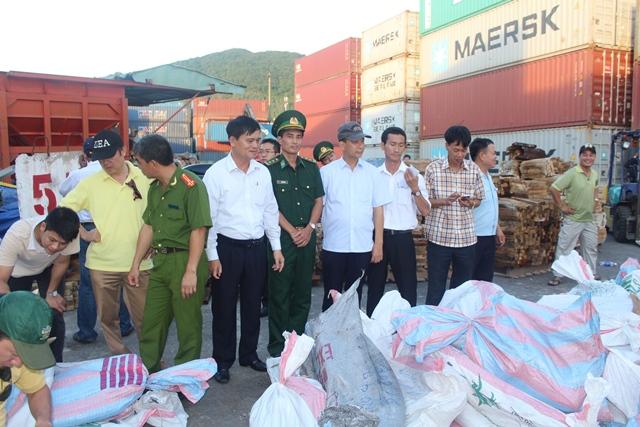 Lực lượng chức năng kiểm tra số ngà voi nhập lậu tại cảng Tiên Sa