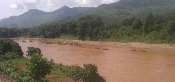 """Hàng loạt tàu cát đang """"tận thu"""" hết công suất trên dòng Sông Mã ."""