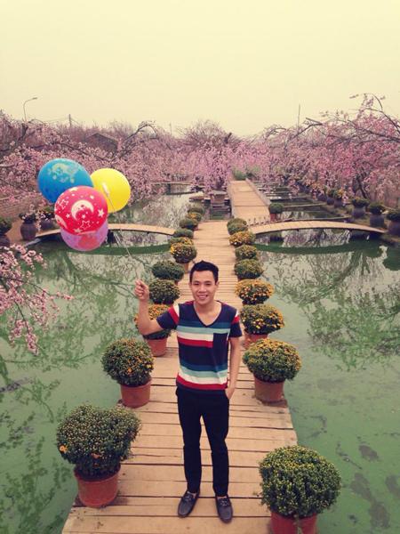 Các vườn hoa, vườn đào ở Hà Nội luôn có sức hấp dẫn với các bạn trẻ.