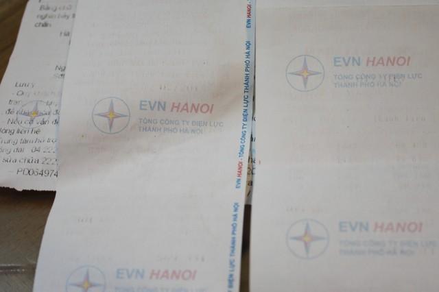 Tấm biên lai bay hết mực của điện lực huyện Thanh Trì đã một lần nữa khiến nhiều độc giả phàn nàn. Tuy nhiên, lãnh đạo đơn vị này đã đăng đàn khẳng định đây chỉ là biên lai chứ không phải là hóa đơn và chỉ có hạn sử dụng trong 1 tháng.