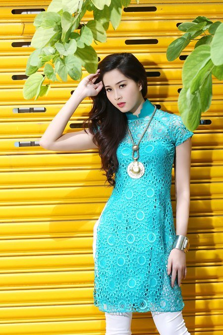 Hoa hậu Thu Thảo cũng là một người thích mặc áo dài cách tân kết hợp với quần bó, jean.