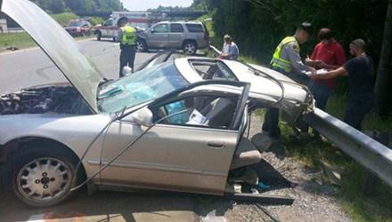 Chiếc xe của Haley Smith vỡ đôi ở phần giữa hàng ghế trước và ghế sau. Ảnh: Mirror