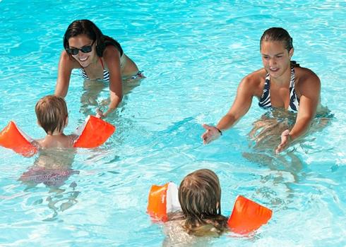 Ở nước ngoài phổ biến dạy trẻ học bơi từ sơ sinh - Ảnh minh họa từ Internet.