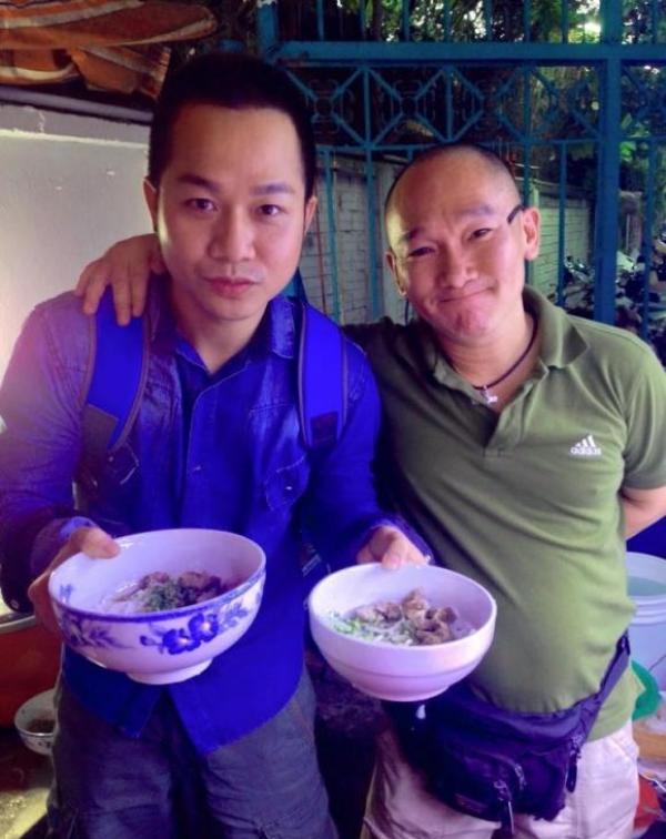 Ca sĩ Quách Tuấn Du cùng ông chủ Nguyễn Hoàng Anh Dũng, bưng bê bún bò cho khách