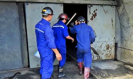 Các tốp thợ thay nhau vào hầm lò tìm kiếm nạn nhân hiện đang mất tích