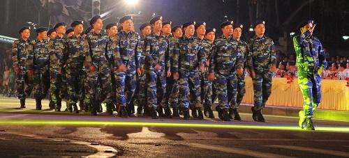 Lực lượng cảnh sát biển diễu hành qua lễ đài