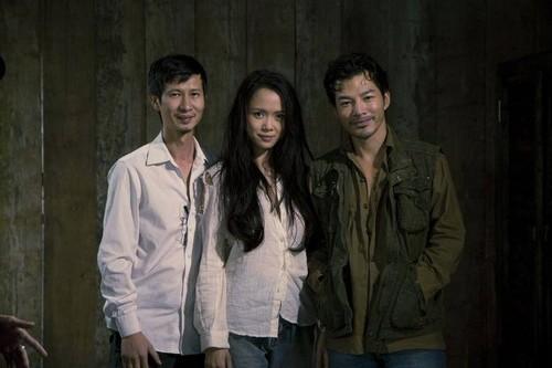 Cặp đôi nam nữ diễn viên chính Trần Bảo Sơn, Vũ Ngọc Anh và đạo diễn Nguyễn Phan Quang Bình (từ phải qua). Ảnh đoàn làm phim cung cấp