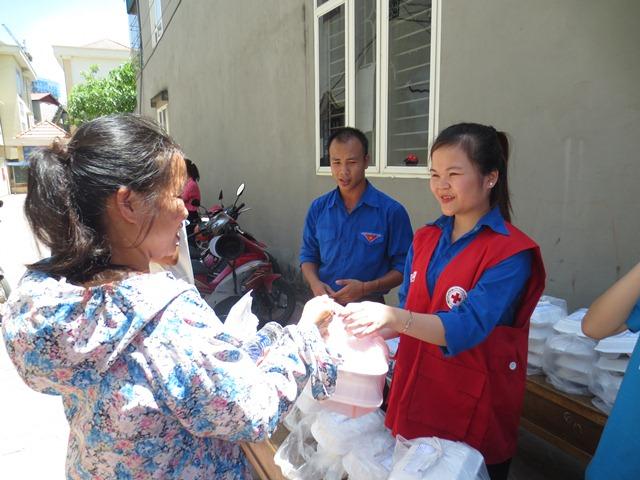 Sinh viên tình nguyện đang chuẩn bị cơm tại Siêu thi Coopmart Thanh Hóa.