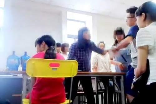 """Mắng chửi học viên, cô giáo """"cung bọ cạp"""" Phạm Nguyễn Lê Na (Trung tâm Anh ngữ Lena) có xứng đáng là giáo viên? (Ảnh cắt từ clip)."""