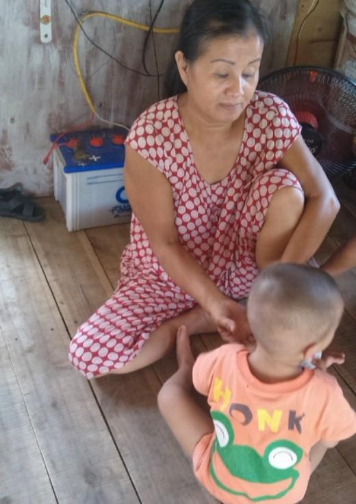 Bà Nga bùi ngùi xót thương khi nói về đứa cháu nội tội nghiệp. Ảnh: N.Mai