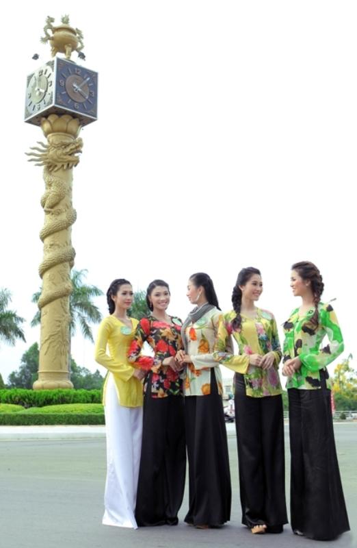 Các người đẹp lọt vào vòng chung kết cuộc thi Hoa khôi ĐBSCL năm 2012