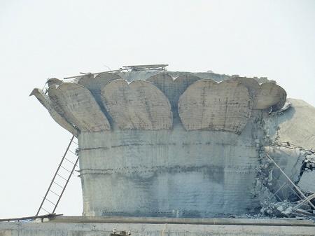 Đài sen bị hư hại nặng nề sau khi tượng Phật đổ sập xuống