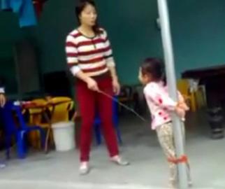 Con đi chơi, người mẹ này trói và đánh con trong sự sợ hãi của con. Ảnh cắt từ clip