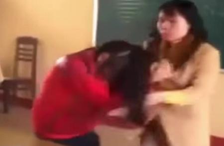 Dù học sinh sợ hãi nhưng cô giáo vẫn đuối theo giựt tóc và tát vào mặt.