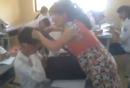 Cô giáo ở Quảng Ninh xuống đánh học trò vì không nghe lời.