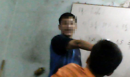 Thầy giáo ở trung tâm gia sư tại Thái Nguyên dùng roi đánh học sinh.