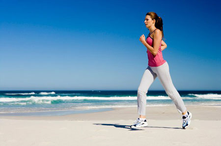 Đi bộ 30 phút mỗi ngày là hoạt động có lợi cho đôi mắt. (Ảnh minh họa)
