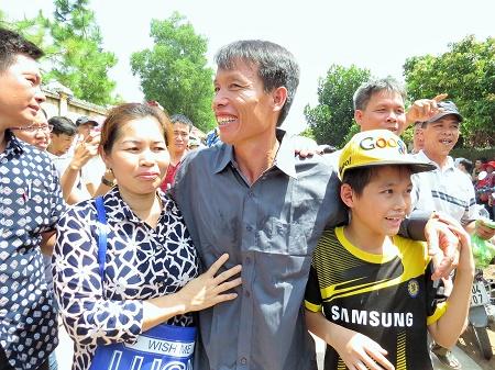 Đoàn Văn Vươn mừng vui trong vòng tay của vợ và con trai