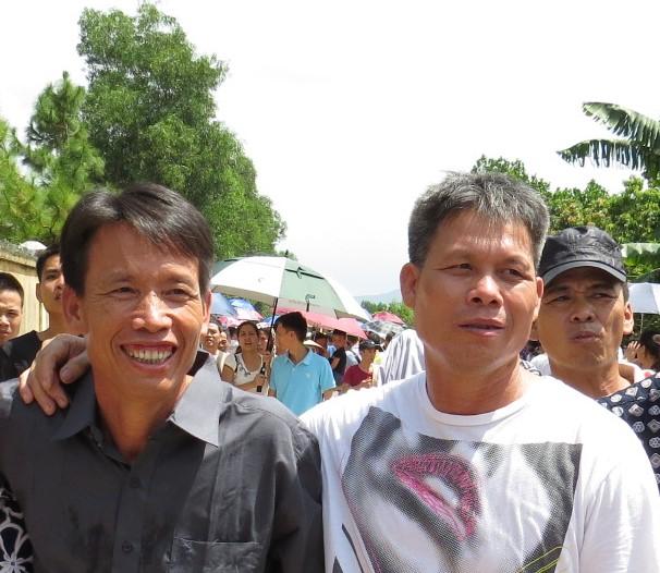 Hai anh em Đoàn Văn Vươn tươi cười  trở về