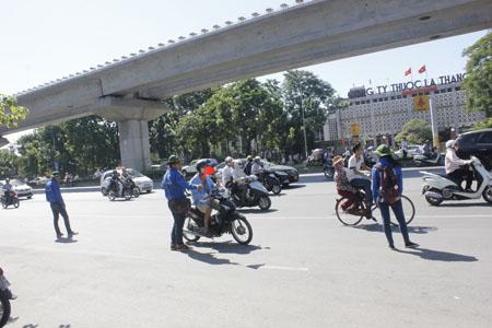 Dù nắng gắt, nhưng các tình nguyện viên vẫn nhiệt tình điều tiết giao thông.