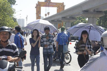 Nhiều thí sinh được người nhà cầm ô vào đón.