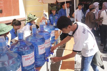 Những bình nước khoáng miễn phí phục vụ thí sinh bên ngoài điểm thi.