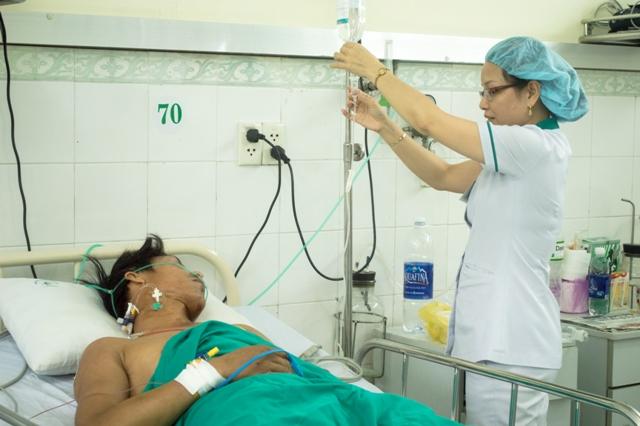 Sau khi được cấp cứu kịp thời, anh D. đã thoát khỏi nguy kịch, đang được các bác sỹ BV Hoàn Mỹ Đà Nẵng theo giõi, điều trị. Ảnh Đ.H