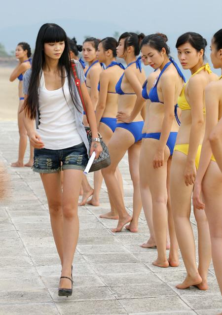 Giám đốc Công ty người mẫu Venus miền Bắc, người mẫu Hạ Vy tham gia huấn luyện thí sinh trong cuộc thi HHVN 2010. Ảnh: Như Ý