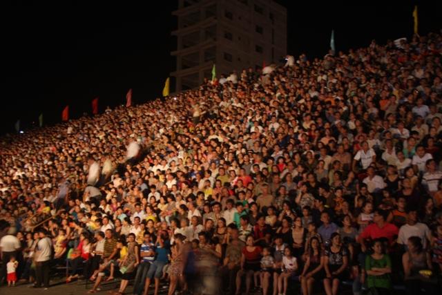 DIFC 2015 thu hút hàng vạn khán giả đón xem. Ảnh Đức Hoàng