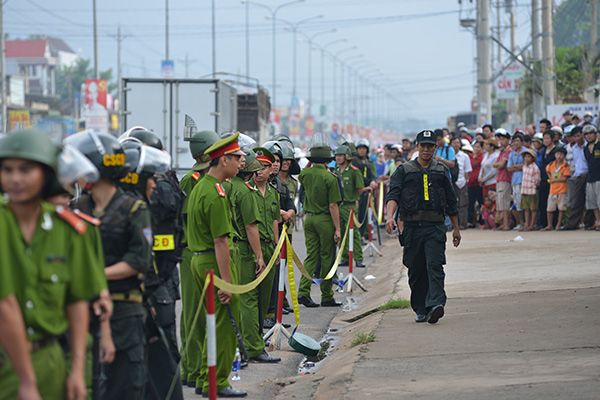 Cảnh sát kiểm soát nghiêm ngặt tại hiện trường. Ảnh Vietnamnet.