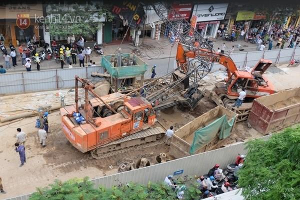 Hiện trường sập cần cẩu xảy ra vào đường Cầu Giấy chiều nay (Ảnh Định Nguyễn)