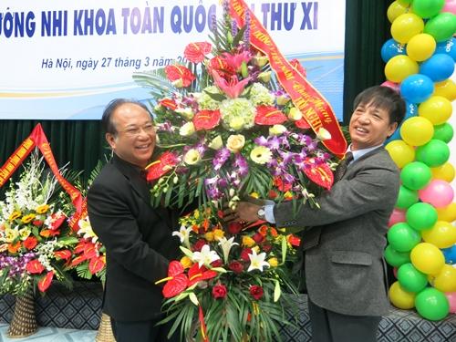 Chủ tịch hội điều dưỡng Việt Nam trao lẵng hoa ghi nhận nỗ lực của đội ngũ điều dưỡng Bệnh viện Nhi TW trong công tác chăm sóc sức khỏe trẻ em. Ảnh tư liệu
