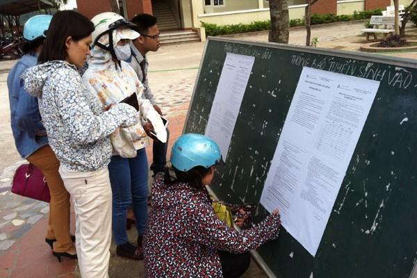 Phụ huynh ở Hà Nội xem thông tin tuyển sinh vào lớp 10 tại một trường ngoài công lập. Ảnh: Q.Anh