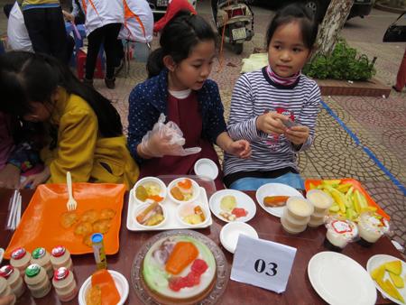 Một gian hàng do chính các em học sinh quản lý.