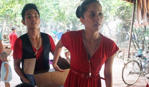 Khánh Thi và học trò trong một chuyến từ thiện