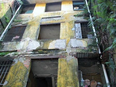Công trình nhà ở đã xuống cấp nghiêm trọng đe dọa tính mạng những người sống nơi đây