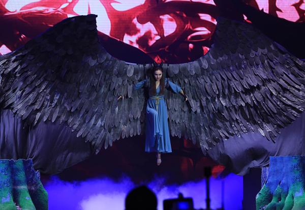 Ninh Dương Lan Ngọc hóa thân thành Tiên hắc ám Maleficent với nhiều vũ đạo kết hợp như Rumba, Tango, Pasodoble và múa hiện đại.
