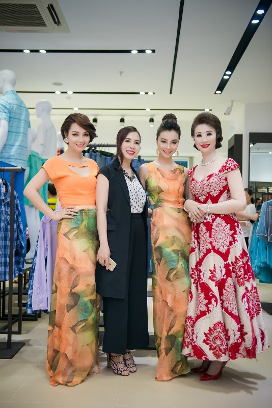 Chị em Mai Thu Huyền thân thiết với doanh nhân Vũ Thúy Nga – Chủ tịch 3F (phải)