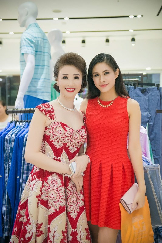 Hoa Hậu trang sức Lô Hương Trâm đến chúc mừng doanh nhân Vũ Thúy Nga