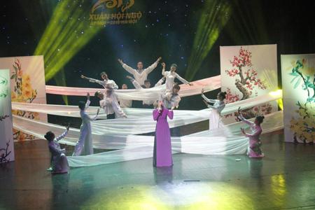 """Khán giả xúc động với bài hát """"Nỗi nhớ mùa xuân"""" của nhạc sĩ Lên An Tuyên."""