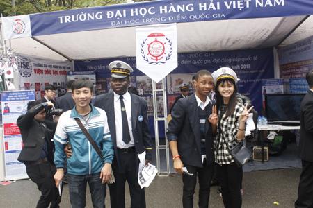 Những anh chàng da màu của ĐH Hàng Hải Việt Nam rất có sức hút với các học sinh.