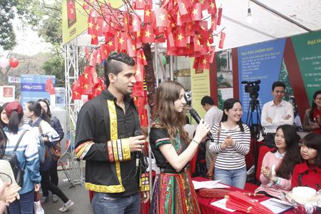 Trường ĐH Hà Nội nhiều màu sắc đa văn hóa của các du học sinh nước ngoài đang học tại trường.